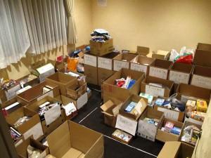 中会議スペースの仕分け中の物資