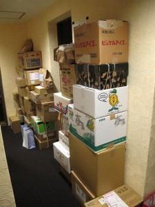 廊下に山積みされた物資(1)
