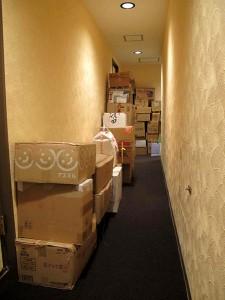 廊下に山積みされた物資(2)