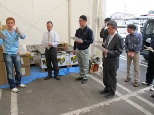 東松島市の皆さんにプロジェクトと笑顔袋を説明中
