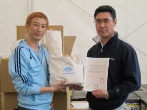 教育委員会の舛田さんへ笑顔袋を託す