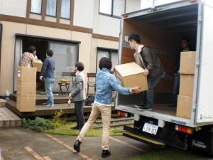 チーム毎の搬送用トラックへ荷積み中