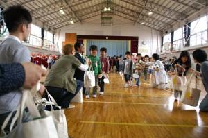 一年生を迎える会の最後で全員に「笑顔袋」を手渡し