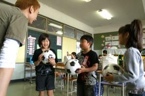 代表の児童にサッカーボールもプレゼント