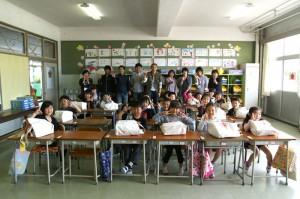 荒浜小学校の1年生と笑顔で記念撮影