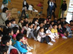笑顔がこぼれる玉浦小学校の一年生の児童達