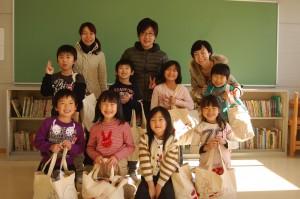 湊第二小学校一年生とみんなで笑顔で記念撮影