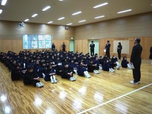 なんと門脇中学校一年生全員で武道場で笑顔袋贈呈式!(驚)