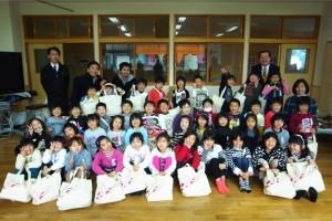 石巻小学校の1年生のみんなと、先生方と一緒に記念撮影!